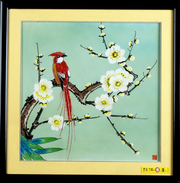 《横江漆画》是安徽省马鞍山市横江美术工作室在中国民间传统漆器工艺的基础上,借鉴其它工艺美术门类的艺术特点,自行探索研发出来的一种独特的现代工艺美术作品。她具有雕塑和绘画的双重性,是工艺美术和绘画相结合的又一全新的现代民间艺术表现形式。 《横江漆画》将中国传统的漆艺技法与现代艺术巧妙地揉为一体,她的产生主要是受中国考古十大发现之一的安徽省马鞍山市朱然墓出土随葬漆器上彩绘人物和动植物纹样的启发和影响,为现代漆雕作品追溯了深厚的历史渊源.