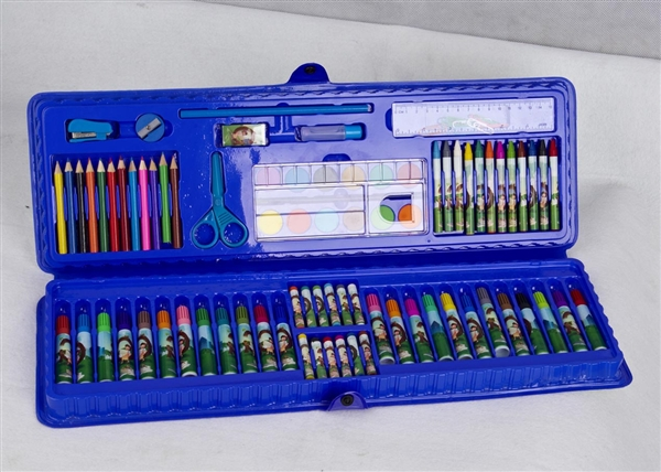 宁海天博文体用品有限公司成立2000年,座落在有中国文具之乡的宁海、公司致力于各式笔类的设计、开发、生产和销售。主要产品有套装文具、塑胶系列、透明塑胶系列、木制系列、纸制工艺系列及各种水彩笔。 公司自成立以来,不断引进先进的生产设备,完善和更新产品,设计的产品款式新颖、书写流畅、质量可靠,深受少年儿童喜欢,远销欧洲、美洲、日本、东南亚等制笔业发达的国家和地区。